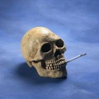 cigarettázó koponya, halálos betegség
